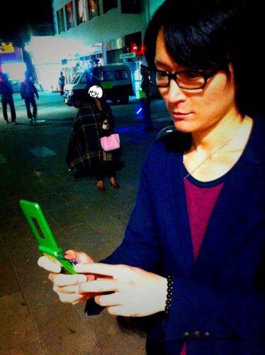 路上ライブのときのシェイドくんと当時の携帯電話