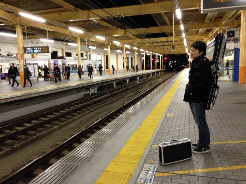 駅のホームで電車待ちする当時のシェイドくん