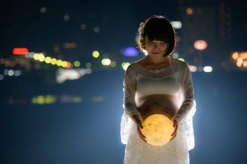 おかっぱミユキ熱海の夜景とオレンジの月のマタニティフォト