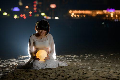おかっぱミユキ月を抱えて熱海の浜辺に座る