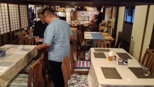 季節料理「三佳屋」さん店内で準備をするマスター