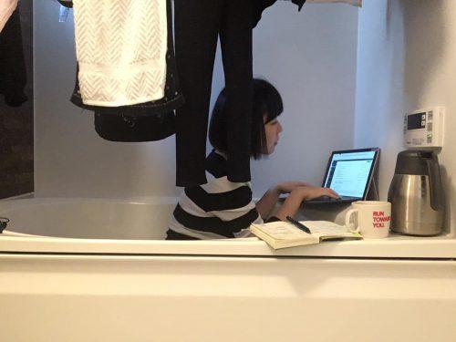 バスタブの中でパソコンを操作しているおかっぱミユキ