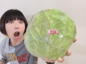 99円の白菜を片手に驚きの表情をするおかっぱミユキ