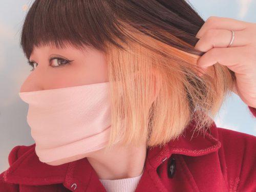 おかっぱミユキの横顔。髪をかきあげて、ブリーチ剤でプリン頭をきれいにリタッチしたところを見せている。